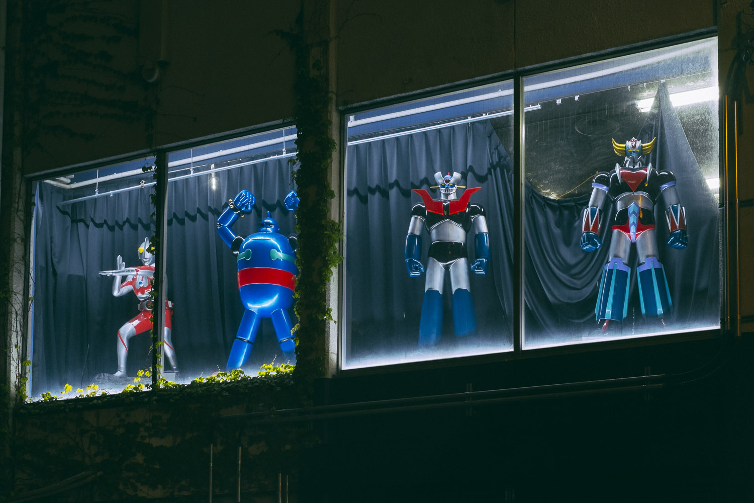 UFO Robot Grendizer and his friends protecting Osaka.