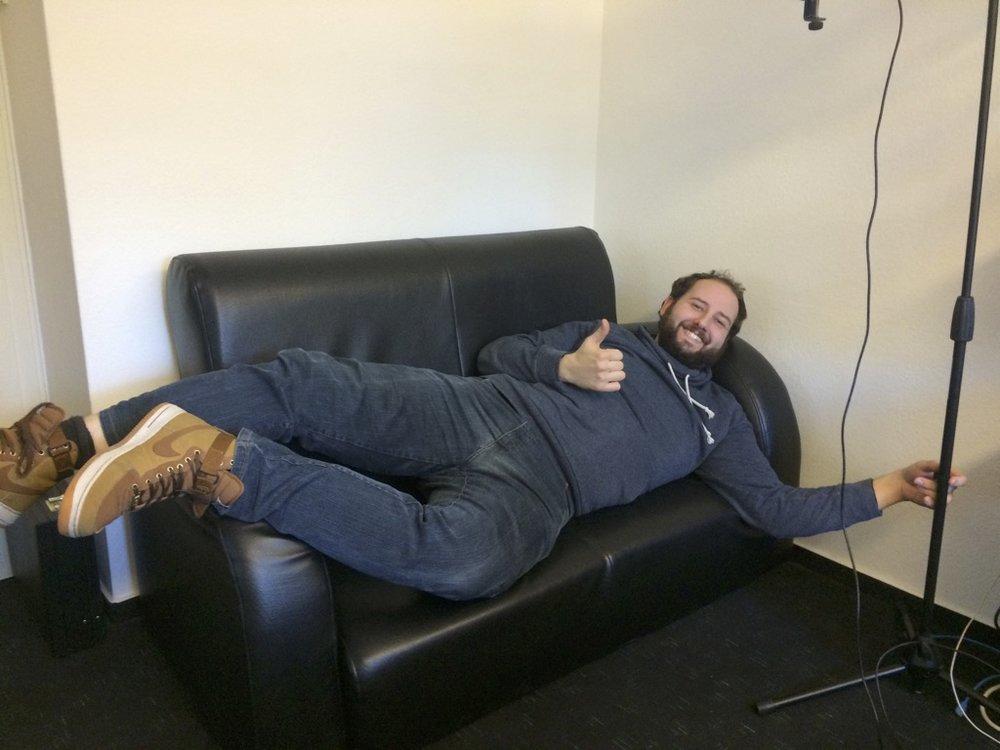 Das Sofa bietet Raum für ein erholsames Nickerchen zwischendurch.