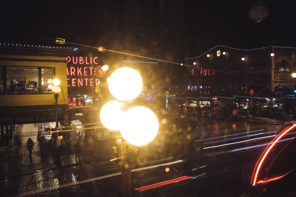 Ai & Jorian Seattle - Lors de mon voyage aux États-Unis et plus particulièrement lorsque j'étais à Seattle où j'y suis resté trois semaines en auberge de jeunesse (Green Tortoise), j'ai fait la rencontre de Jorian et Ai. Jorian travaille dans cette auberge depuis quelques mois, et nous voilà embarqué Ai, lui et moi pour une séance photos de couple dans les rues de Seattle.Une belle première, surtout que ce couple de tourtereaux se sont rencontrés récemment.Une séance idéale avec beaucoup de fraicheur et de passion, et je peux dire qu'il y a beaucoup de tendresse et affection entre ces deux là et je leur souhaite le meilleur du monde.