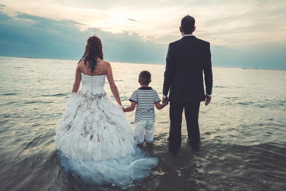 Trash the dress sur la dune du Pyla - Un moment de légèreté et de folie avec Sonia et Guillaume qui ont souhaité faire leur séance après mariage lors de leurs vacances sur le bassin d'Arcachon. Une belle promenade en bord de mer et même dans la mer.