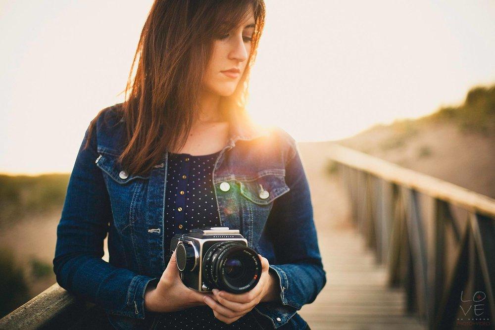 """LAURA, la otra mitad - Mi vida siempre ha estado ligada a la fotografía. Mi madre se pasaba todo el día haciéndome fotos de pequeña, y muy pronto su cámara pasó a mis manos. Estudié Bellas Artes en el País Vasco, y eso hizo que me especializara en la fotografía y en el mundo audiovisual. Tras pasar mucho tiempo retratando a personas y a mí misma mediante el autorretrato, hace seis años conocí a Luis, mi otra mitad, y empecé a descubrir el mundo de las bodas. Juntos hemos vivido miles de momentos, viajes, aventuras e historias de amor, incluida la nuestra. Hace tan sólo unos meses nos dimos el """"sí, quiero"""", y ahora Love+Love ha cobrado más sentido que nunca."""