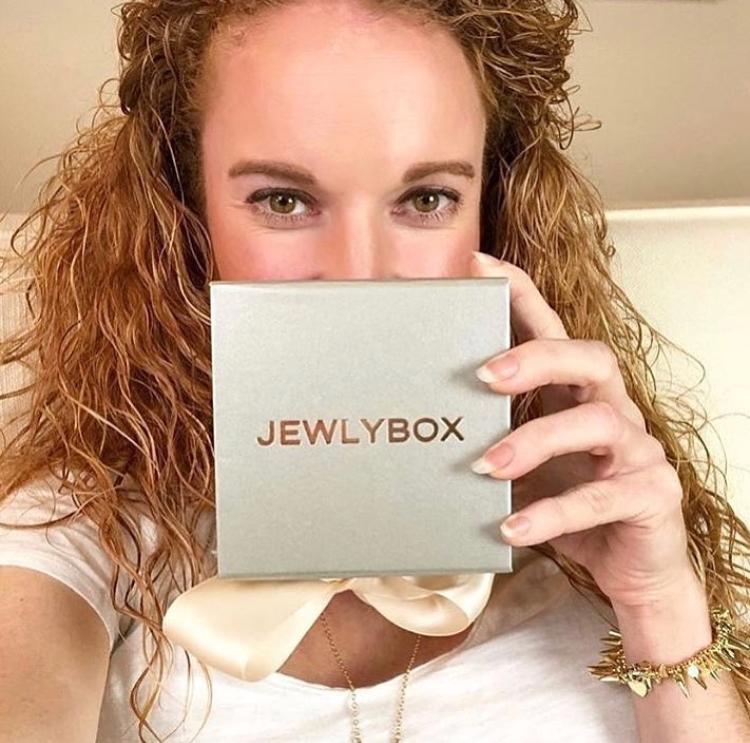 @thepinkenvelope posing with her new Jewlybox!