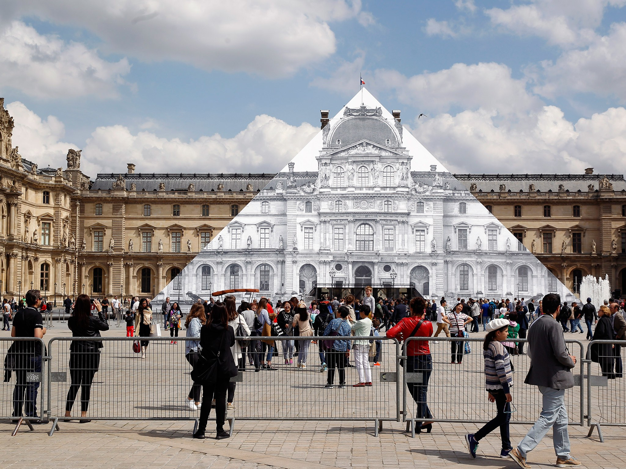 paris-disappear-louvre-pyramid-GettyImages-534164892