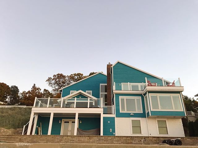 Last year we were dog sitting at a place close to the beach and one evening we walked along the shore to see all the beach houses. We passed this one and I took a photo because I wanted a visual. See, one of my big dreams is to own a beach house someday, and maybe I wouldn't choose this exact color but I love what it represents. ⠀ ⠀ Do you have big dreams? Of course you do, we all do. The problem is we hold ourselves back from fully pursuing them. @amyporterfield gave this writing exercise on her podcast and it's perfect for this exact scenario:⠀ ⠀ First, write down what it means for you to be a big deal.⠀ ⠀ Then, write down 3 thoughts, beliefs, or habits that are holding you back.⠀ ⠀ Now, who do you need to be in order to reach your goals?⠀ ⠀ After you've written all of that down, then you believe HARD. Believe the thoughts that your future self - who already has what you want right now - is thinking. The positive, affirming ones.⠀ ⠀ Doesn't that feel GOOD? 🙌🏼 No more playing small, we're a big deal. It's time to start acting like it. Who's with me?⠀ ⠀ #justalittlehearttoheart