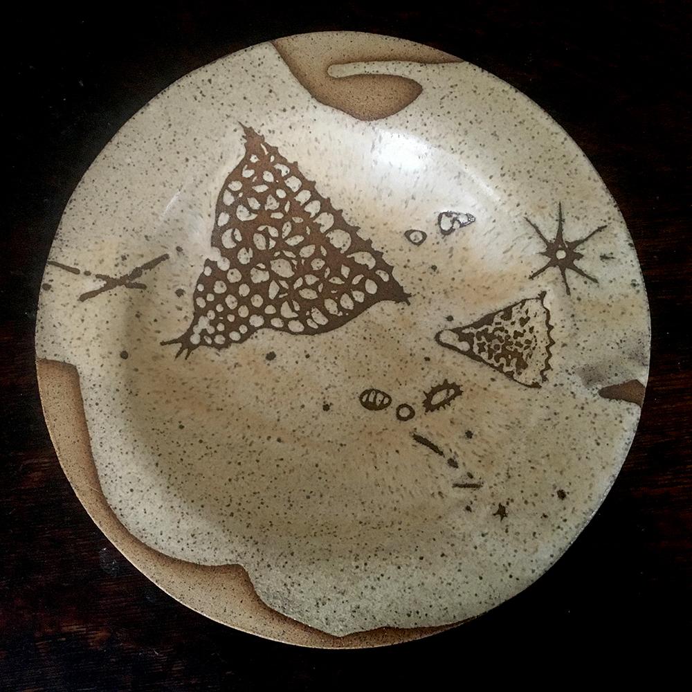 Low bowl in créme brûlée on speckled clay