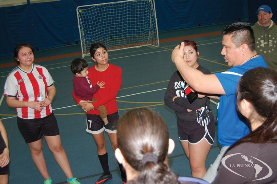 Para el torneo de mujeres en el verano se está buscando que participen seis equipos. En la foto, el presidente de la ISL y MSL, Erik Magaña habla después del juego de mujeres la mañana del pasado domingo en el Indoor Soccer.