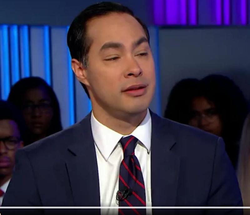 El tejano de origen latino, Julián Castro, durante una entrevista a la cadena de televisión CNN.
