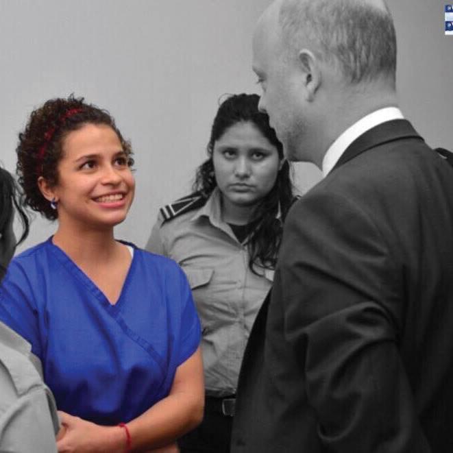 Amaya Copens, detenida por protestar en la ciudad de León. Es hija de belga y nicaragüense. En la foto cuando fue asistida por un miembro de la de la embajada del país de su padre en los juzgados de Managua. Observa una custodia del sistema de prisiones. (foto tomada de redes).