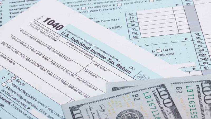 Otro factor que hay que considerar, es que los reembolsos más bajos no significan que las personas hayan pagado más impuestos el año pasado.