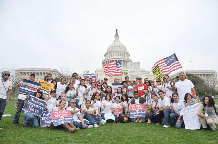 Foto tomada en el 2010 frente a la oficina del ya fallecido Senador John McCain en Tucson-Arizona, cuando un grupo de estudiantes indocumentados sabiendo que corrían el riesgo de ser deportados pacíficamente se pronunciaron a favor de la Ley Dream Act.