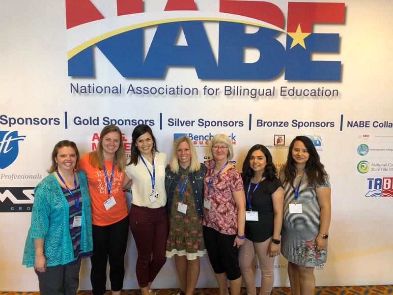 De izquierda a derecha. Stephanie Schmadeke, Megan Schroeder, Mayra Velázquez, Heather Langenfeld, Theresa Huntley, Vanesa Sánchez y Mayra Bermúdez; son las cinco profesoras que asistieron a la conferencia de la Asociación nacional para la educación del programa bilingüe (NABE), en Orlando, Florida.