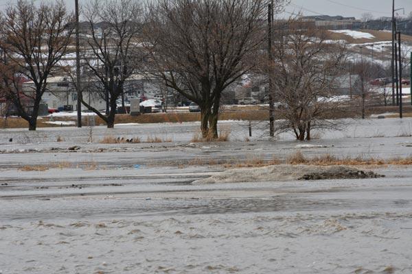 Inundación de un área importante en el río Little Sioux, al lado del puente del Sioux Rapids en el condado de Buena Vista. Las aguas del río sin embargo, han empezado a disminuir.