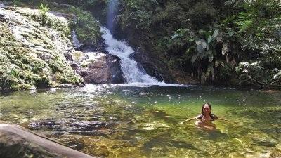 Trekking Cachoeiras de Camburi - LocalizaçãoEstrada Rio das Pedras - Sertão do Cacau/São Sebastião. O início da trilha fica ao final da rua, 50m após um pequeno córrego com uma guarita.InformaçõesNível de dificuldade: MédioDuração total: 3 a 4 horasExtensão: 1 km (1ª cachoeira), 1,5 km (2ª cachoeira)Duas cachoeiras de águas cristalinas em meio à floresta, com poções e hidromassagens