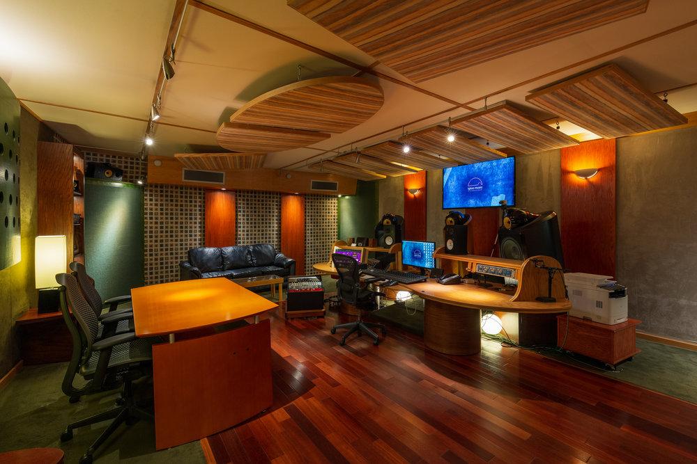 01_L_IglooMusicStudios_Control_Room_C.jpg