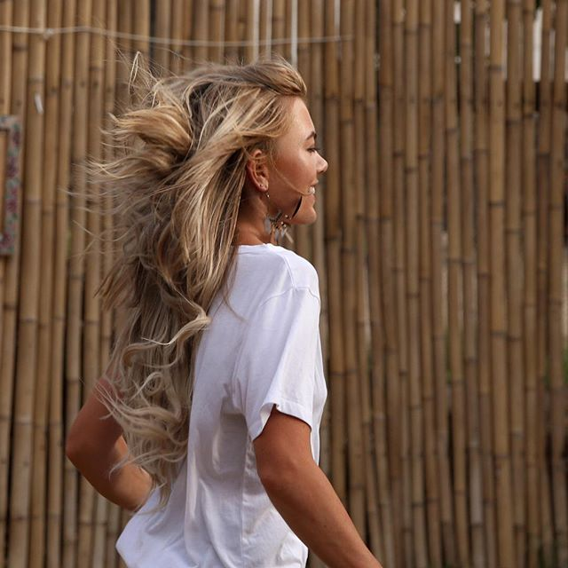 Running into the weekend like... • • • • #JoiHairExtensions #goodhairday #hair #RemyHair #beauty #hairstyle #haircolor #nobadhairdays #hairfashion #JOInthemovement #longhairdontcare #longhair #wiw #hairinspo #instagood #hairextensions #hairgoals #ighair #hairinspo #healthyhair #beachwaves #clipinhairextensions #inspo #beauty #hairtransformation #newhairwhodis #clipinextensions
