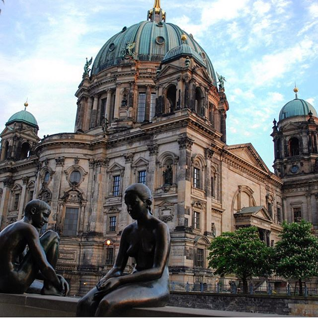 Stumbled across this elegant bronze sculpture across the river from the Berliner Dom after face planting a Currywurst 🇩🇪 💎