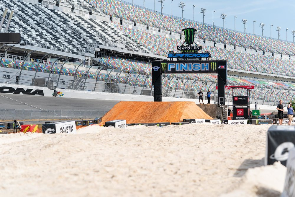 Daytona makes use of multiple soil types, from dark dirt to red clay to white sand, but really the consistency of all the dirt is similar, with a sandy base that breaks down into countless ruts and bumps. In the past riders and teams have been on the fence between paddle-style sand tires or a traditional block-knob intermediate tire, but almost everyone opted for the knob-style rubber this year.