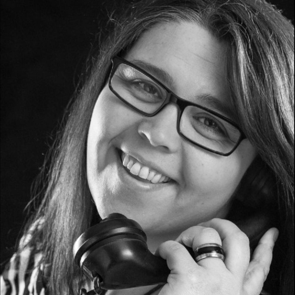 """Andrea Pattschull - Die Fotoassistentin, Beraterin und gute SeeleSchon in jungen Jahren spielte ich gern """"Büro Büro"""" und haute in die Tasten der Schreibmaschine meiner Tante. Dabei war ich immer die Beraterin und meine Tante musste geduldig zuhören. Also lag es nahe, das ich einen Beruf im Büro erlernte und hierin heute meinen Mann Heino tatkräftig bei seinem Gewerbe im E-Mail Verkehr, bei telefonischen Anfragen und Angebotserstellung unterstützen kann. Neben der Büroarbeit macht mich aber immer noch am Glücklichsten, wenn ich verliebte und glückliche Brautpaare sehe und diese ebenfalls an ihrem großen Tag tatkräftig als Fotoassistentin unterstützen darf. Hierbei fällt es mir zwar oft schwer, die Tränen der Rührung zu unterdrücken, aber genau das macht mich einfach aus. Ich bin die """"emotionale Bürotante, mit einem großen Verbrauch an Taschentüchern"""". Nun freue ich mich von Euch zu hören, oder zu lesen und auch Euren schönsten Tag begleiten zu dürfen."""