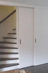 Interieuroplossingen: kast op maat onder trap schuifdeur voor trap geopend
