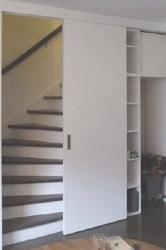 Interieuroplossingen: kast op maat onder trap opbergkast en ruimte voor koelkast
