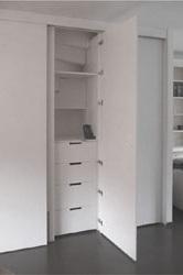Interieuroplossingen: kast op maat onder trap met ladekast achter deur