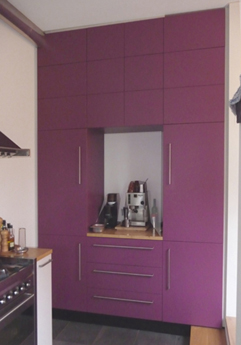 Interieurbouw: keukenblok met bijpassende kastenwand