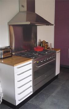 Interieurbouw: keuken met bijpassende aubergine kastenwand