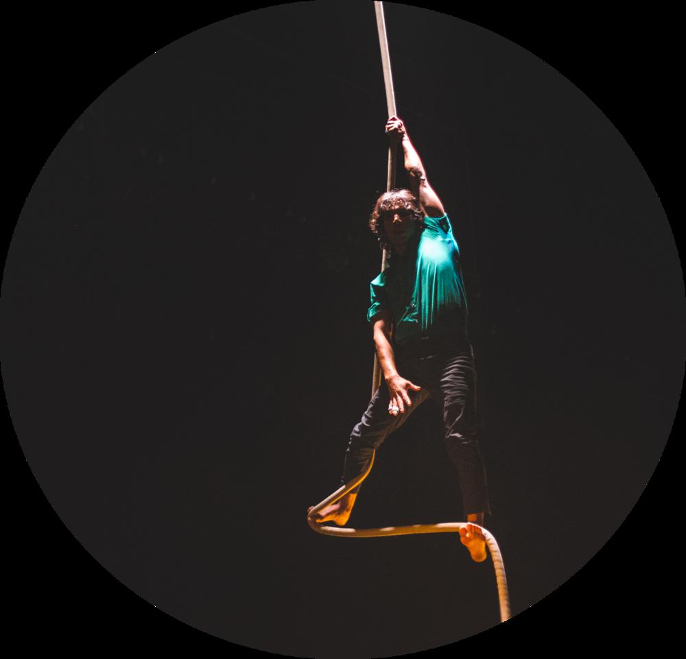 """è un artista di circo pluridisciplinario, originario della città di Piura (Perú), dove ha iniziato il suo cammino artistico presso l'associazione culturale """"Kataplum"""", per poi formarsi nella scuola di circo sociale """"La Tarumba"""" a Lima.    É specializzato nella disciplina della corda liscia, ma è anche giocoliere ed acrobata.    Ha partecipato a diversi festival di circo e anche a progetti sociali in Europa, America Latina e Asia."""