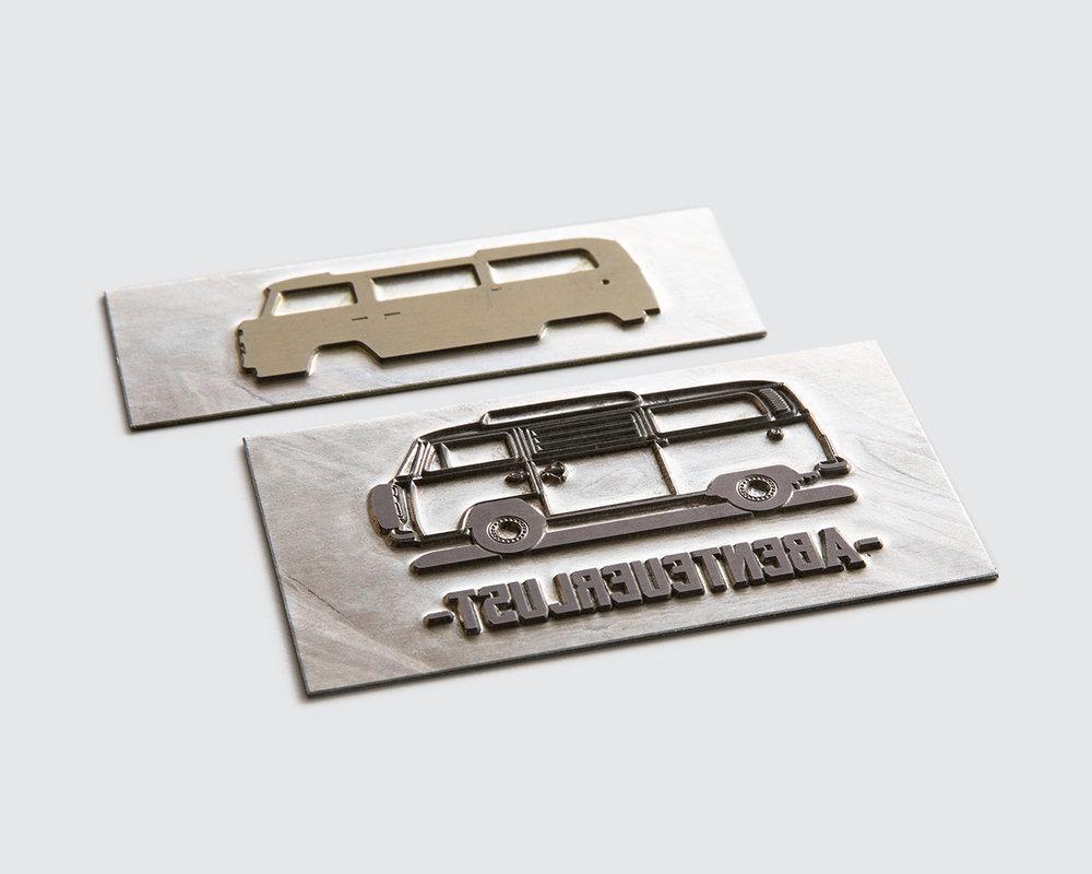 Zwei Druckplatten liegen nebeneinander.