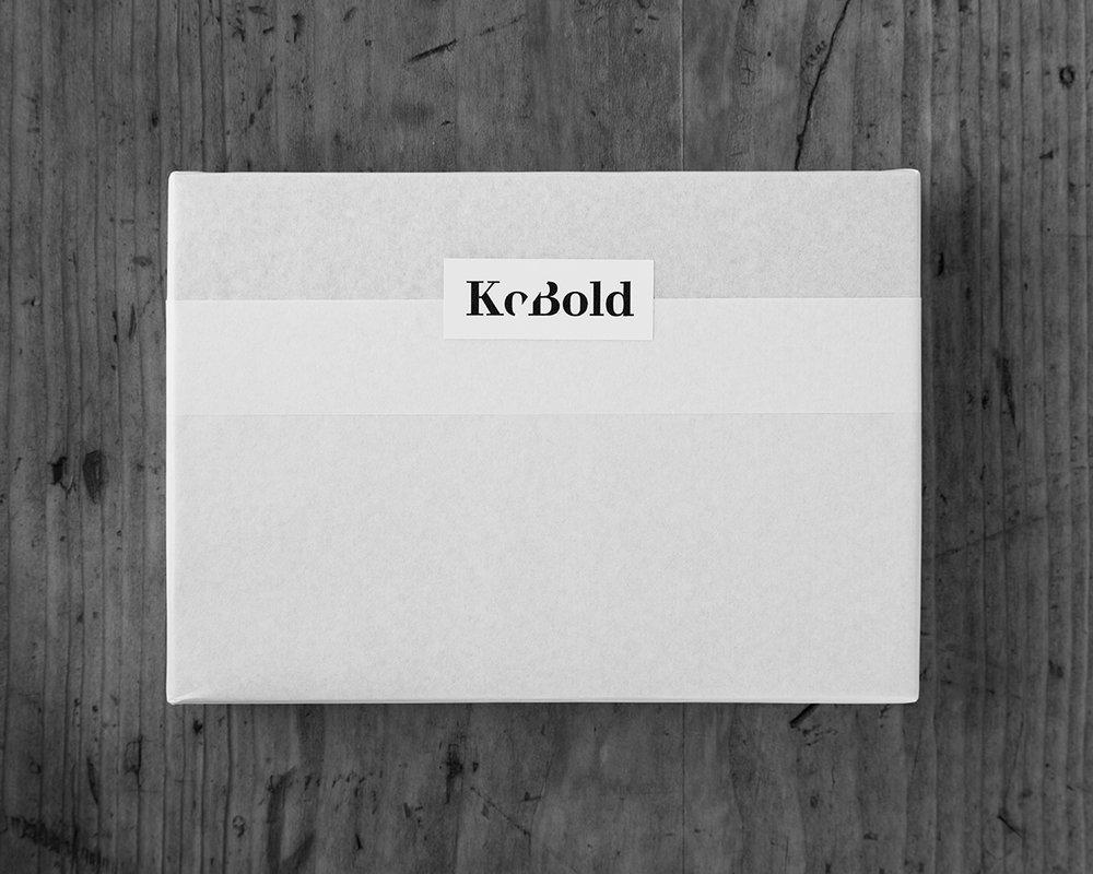 die fertiggedruckten Karten liegen in Seidenpapier verpackt auf dem Tisch.