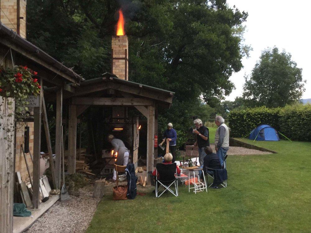 Vi brände i båda gasugnarna och i en av vedugnarna.