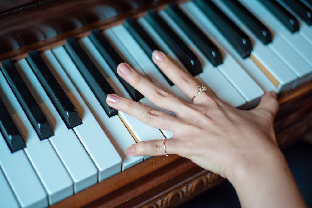 hand op piano