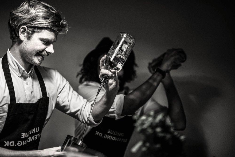 Vores bartender(e) møder op på den aftalte adresse og giver dig og dine gæster en unik cocktailoplevelse. -