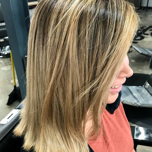 Lighten up! 🌟We're digging these honey highlights, which blend seamlessly with darker hair for a more forgiving growout between touch-ups. 😊 💇♀️: @beautyqueen.16 • • • #htxbarbers#htxstylists#houstonhairstylist#houstonhairsalon#houstoncolorist#houstonmidtown#houstonmontrose#bishops#bishopshoustonmidtown#instabarber#lookgoodfeelgood #highlights #highlightshouston