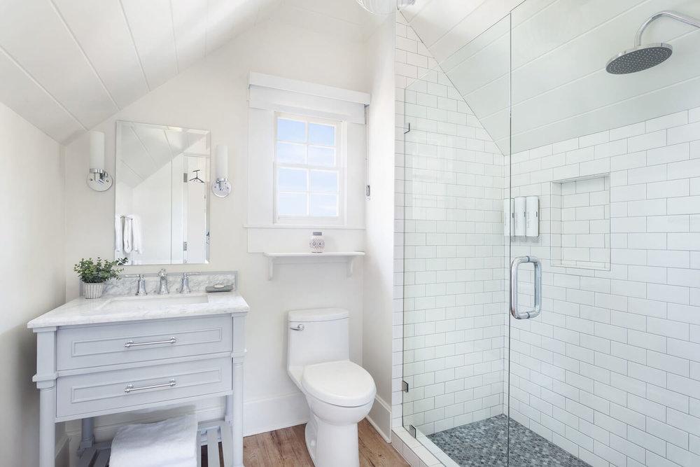 suite large bathroom