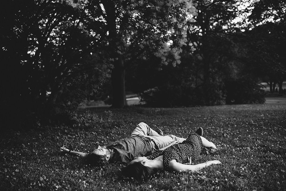 couple-laying-in-the-grass