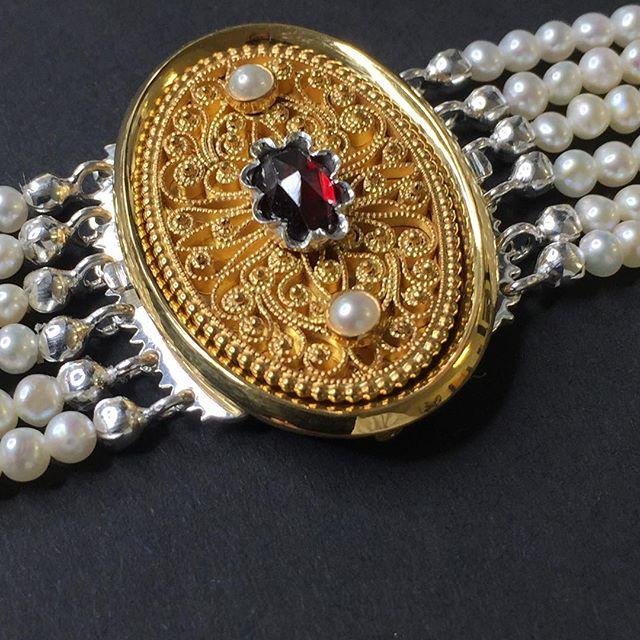 Halschließe, Filigranzierteil , Perlengänge #jewelery #tradation #accesories #style #crystals #instajewelery #jewelerygram #blogger_at  #necklace #bracelet #ring #gold #handmadejewellery #handmade  #IGjewelery #design #christianhutter #antiquity #pendolumclock #longcaseclock #jeweleryforsale #watchfam #watches #halsschließen #jagdschmuck #trauringe #trachtenschmuck #igersaustria #austrianblogger #goldsmith