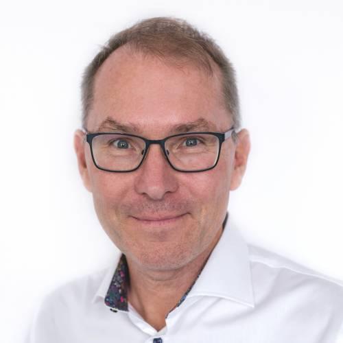 Johan Hagström, Verksamhetschef, Prästvigd för Svenska kyrkan, leg Psykoterapeut, Handledare i psykoterapi (UHÄ), aukt Familjerådgivare, cert i Sorgbearbetningsmetoden