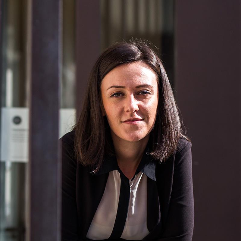 Mateja Meh - je diplomirala na Fakulteti za elektrotehniko, računalništvo in informatiko, smer Medijske komunikacije, kjer je nato nadaljevala magistrski študij. V času študija je bila aktivna članica Študentskega sveta fakultete in Univerze v Mariboru, dve leti pa je bila tudi Prodekanja za študentske zadeve na fakulteti. Svoje znanje in energijo je po zaključku mandata prodekanje ter študija usmerila v delo na področju odnosov z javnostjo in marketinga. Dve leti je bila kot vodja odnosov z javnostmi zaposlena na Fakulteti za elektrotehniko, računalništvo in informatiko na Univerzi v Mariboru. Pot jo je nato za nekaj časa ponesla v novinarske vode, a se ji je nato v sklopu Društva Hiša! ponovno ponudila priložnost, da svoje znanje in energijo vlaga v odnose z javnostmi v društvu in delo na področju kulture. V preteklosti je bila del organizacijske ekipe študentskega filmskega festivala Student cuts, ki je namenjen vsem mladim filmskim umetnikom, ki je nastajal pa pod okriljem Inštitut za Medijske komunikacije. Od leta 2016 je del ožje organizacijske ekipe Tedx Maribor, v sklopu katere so izpeljali dva dogodka, Tedx University of Maribor in Tedx Maribor. Poleg tega pa je še vedno tudi del širše ekipe časnika Večer v sklopu katerega pripravlja in piše članke.