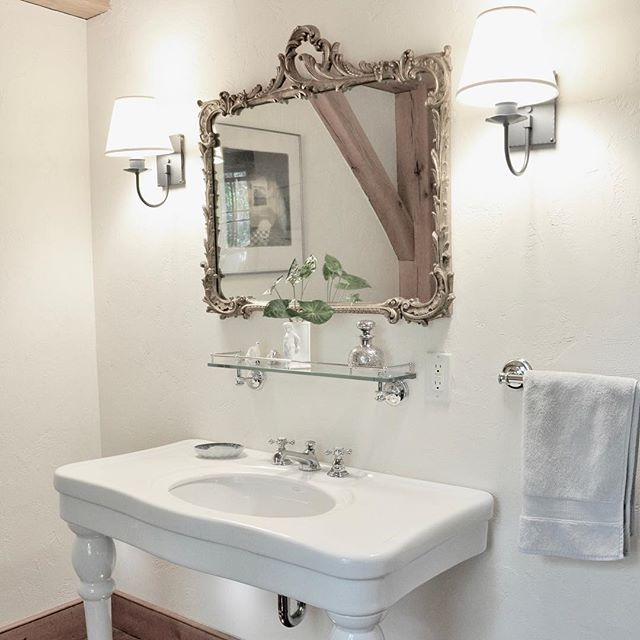 A traditional and tasteful powder room from a home in Washington. We love bathrooms! ⠀ ---⠀ ⠀  #detail #life #design #interiordesign #architecture #interior #home  #luxuryrealestate #homedecor #dreamhome #homedesign #luxuryhomes #homestyle #interiorstyle #luxuryinteriors #decor #house