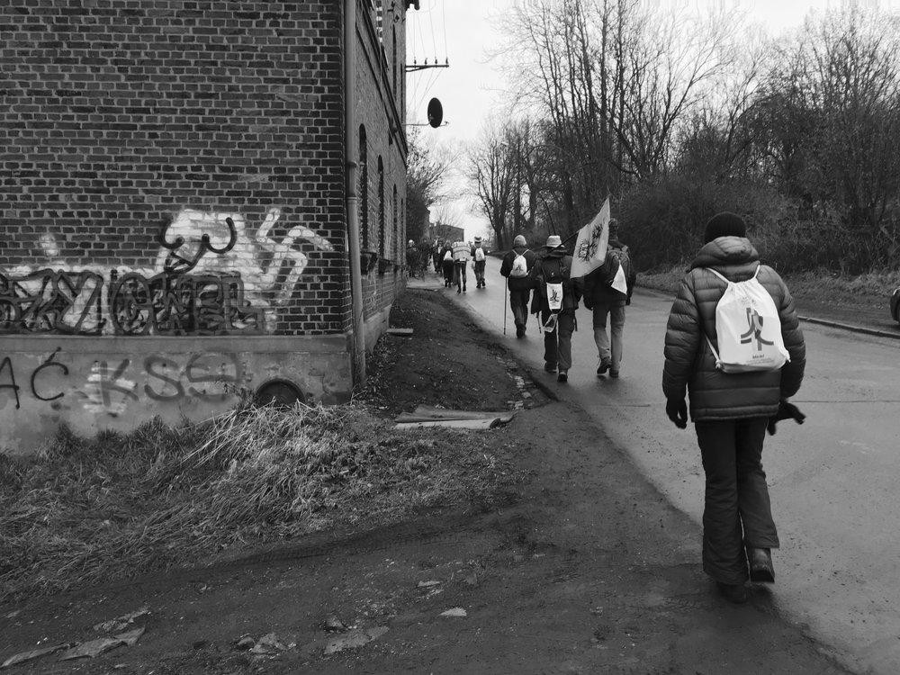 Des pèlerins marchent sur la route vers Bytom. La politique d'extrême droite est en hausse en Pologne. Dieter, au premier plan, est né sous le Troisième Reich et a survécu l'attentat à la bombe incendiaire de Dresde dans son enfance.