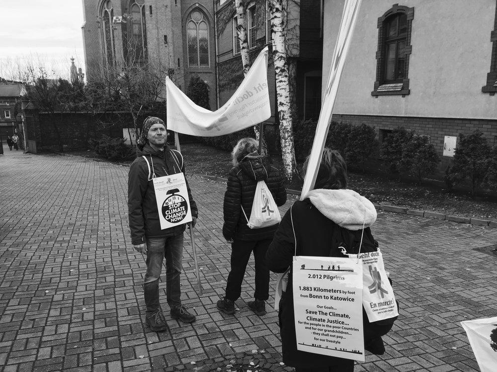 Johan van Werven, de Hollande, prépare avec d'autres pèlerins français et allemands à la manifestation pour la justice climatique dans le centre de Katowice.