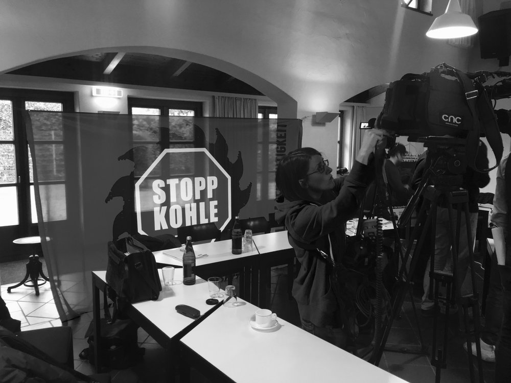 Une équipe de télévision lors d'une conférence de presse le lundi 28 janvier à Buir, Rhénanie-du-Nord-Westphalie, suite à la recommandation de la Commission du Charbon.