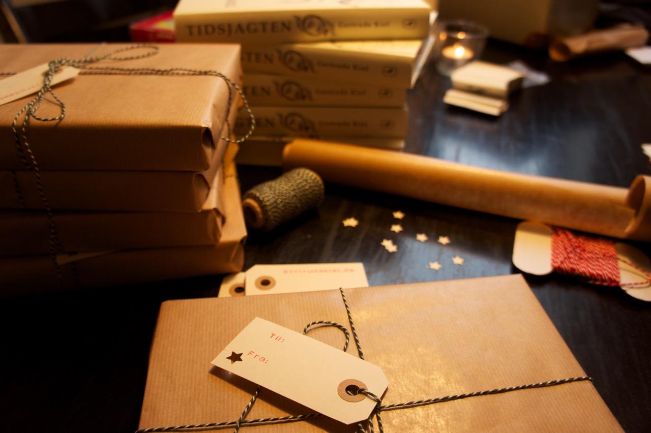 Bøgerne kommer naturligvis signeret og indpakket med håndtrykte til-og-fra-kort, hvis det ønskes :-)