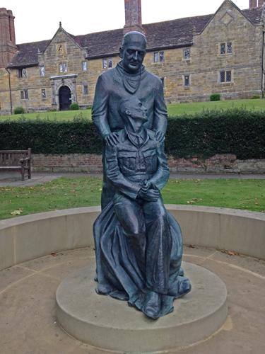Sir Archibald McIndoe by Martin Jennings.jpg