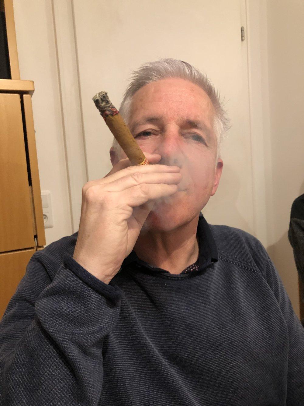 Reinhard Beck lässt sich die kubanische Zigarre so richtig schmecken.