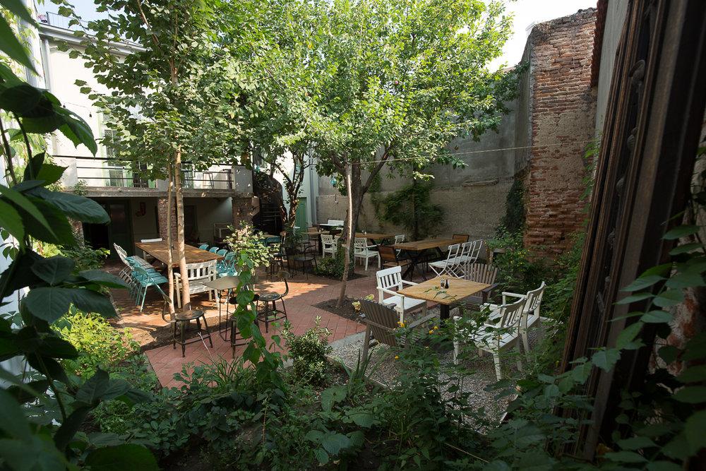 GrAdina cu gutui - Ascunsă de agitația orașului, grădina noastră te așteaptă să te bucuri de vară, cu un smoothie delicios sau o limonadă răcoritoare, alături de prieteni dragi.