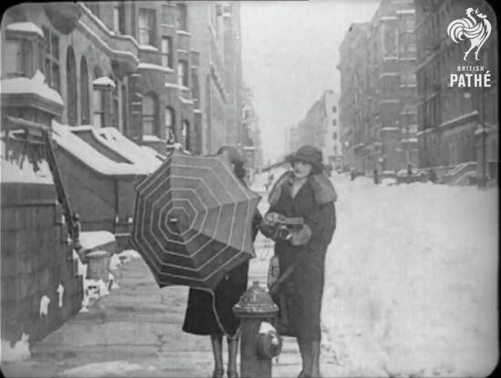 Umbrella antenna for the crystal radio(British Pathe)