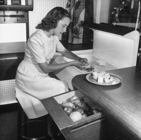 1943 vegetable drawer kitchen paleofuture.jpg
