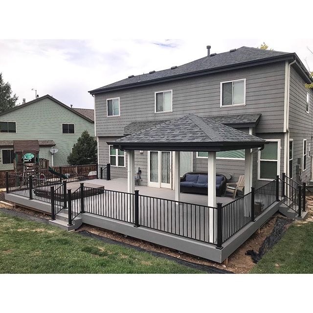 This is a great layout of a deck with a built-in hot tub and shaded area! • •• ••• •••• ••• •• • #denverdeckbuilders #DDB #familybusiness #trex #trexselect #fortressrailing #summercomeback #builtinhotub